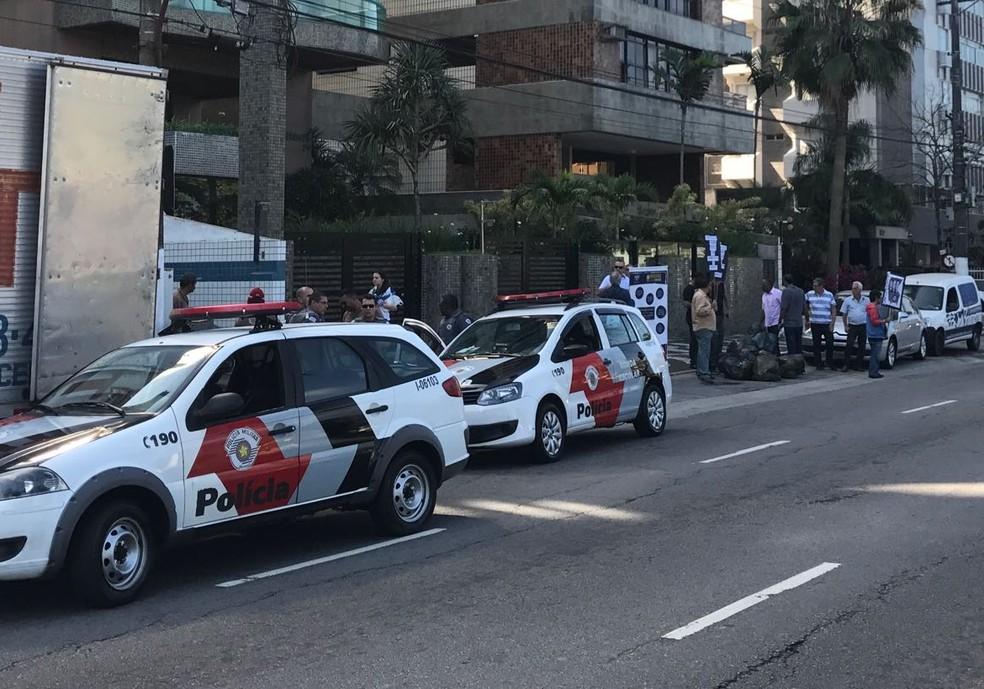 Polícia Militar acompanhou o ato contra Beto Mansur (Foto: José Claudio Pimentel/G1)