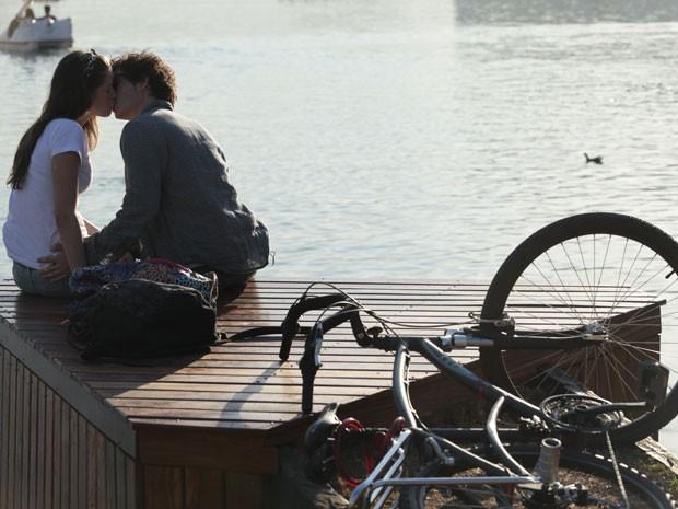 Dinho e Ju vão ficar já no primeiro capítulo! Que beijão! (Foto: Malhação / Tv Globo)