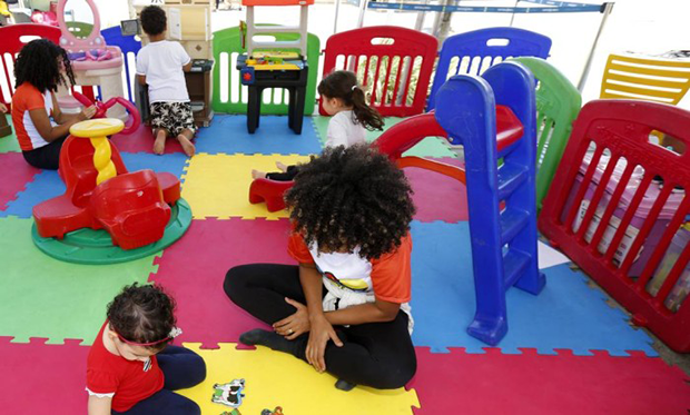 As crianças aproveitaram os brinquedos enquanto os pais pesquisavam os modelos  (Foto: Marcelo de Jesus/O GLOBO)