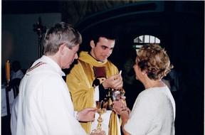 Padre Fábio de Melo entregando sua primeira hóstia para a mãe (Foto: Arquivo Heliomara Marques)