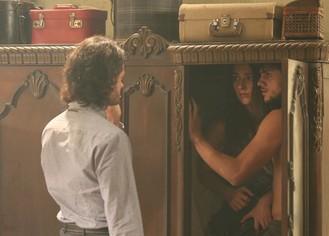 Oi? Sujeito sinistro surge na casa e ajuda Cobra e Jade a se esconderem