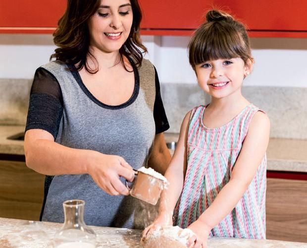 pão caseiro; receita; cozinha; criança; menina; mãe (Foto: Crescer/ Editora Globo)