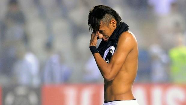 Neymar sai desolado de campo (Foto: Marcos Ribolli / globoesporte.com)