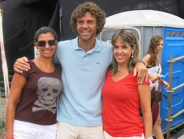 WTA Brasil - Guga tira foto com fãs (Foto: Matheus Tibúrcio)