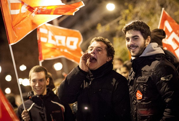 Manifestantes durante greve geral na Espanha nesta quarta-feuira (14) (Foto: AFP)