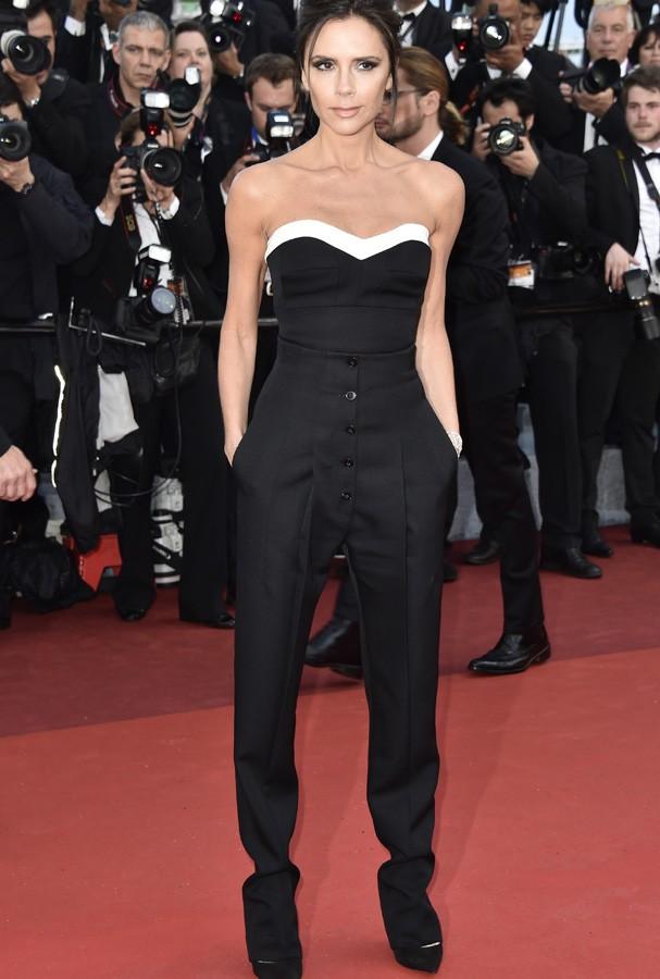 Já Victoria Beckham optou por um macacão também em P&B de sua própria marca. Uau! (Foto: Getty Images)