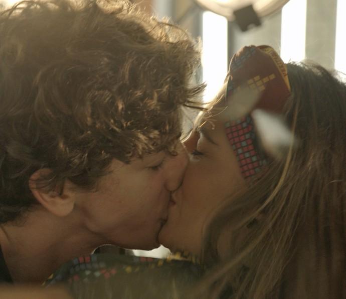 Cesário beija garota na boate (Foto: TV Globo)