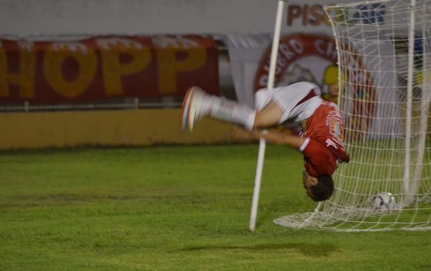 Cambalhota comemora gol ao seu estilo (Foto: Felipe Martins/GLOBOESPORTE.COM)