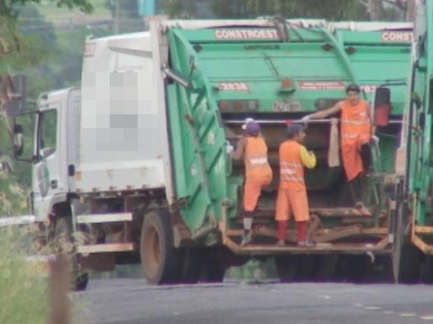 Coletores de lixo são transportados na parte traseira do ônibus (Foto: Reprodução / TV TEM)