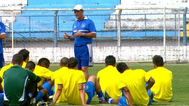 Técnico Paulo Roberto do Rio Claro e comissão técnica conversam com os jogadores (Foto: Ely Venâncio/ EPTV)