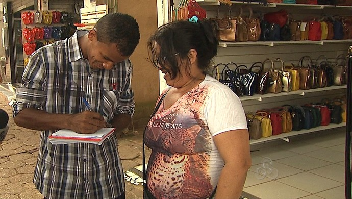 Gessé distribui autógrafos nas ruas de Rio Branco (Foto: Reprodução/TV Acre)