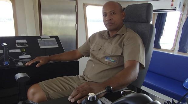 O comandante Marcelo Conceição de Oliveira navega pelo Rio Madeira há três meses e teme a ação de piratas na Amazônia  (Foto: Estadão Conteúdo / Karla Mendes)