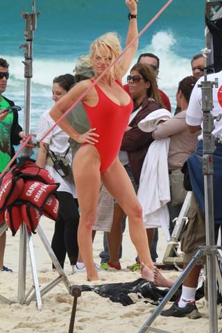 Pamela Anderson grava no Rio na praia da Reserva, no Recreio dos Bandeirantes, RJ (Foto: Agnews)