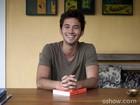 Gabriel Falcão abre as portas de casa e conta o que o inspira a fazer poesia