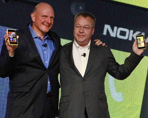 Steve Ballmer, CEO da Microsoft, e Stephen Elop, da Nokia, mostram os novos celulares com Windows Phone 8 (Foto: Brendan McDermid/Reuters)