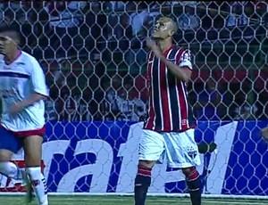 Luis Fabiano lamenta gol perdido (Foto: Reprodução de TV)