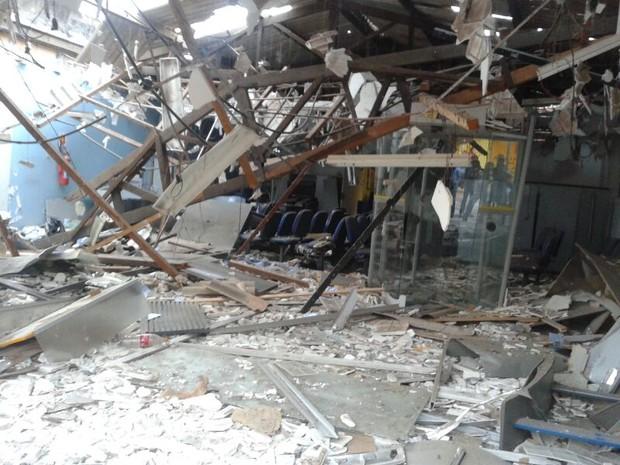 Destruição em agência do BB após explosão de caixas eletrônicos em Santo Antônio dos Lopes, MA (Foto: Divulgação)