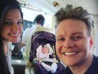 Michel Teló mostra primeira viagem de avião da filha, Melinda
