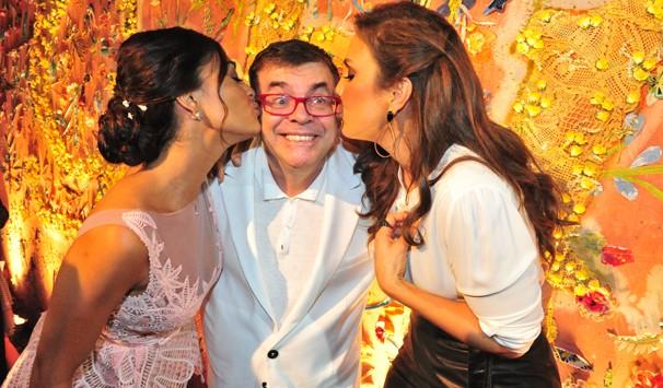 Juliana Paes e Ivete Sangalo beijam Walcyr Carrasco durante o lançamento de Gabriela (Foto: João Miguel Jr./ TV Globo)