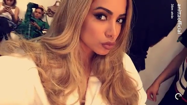 Anitta aparece loira em bastidores de gravao de comercial (Foto: Reproduo/Snapchat)