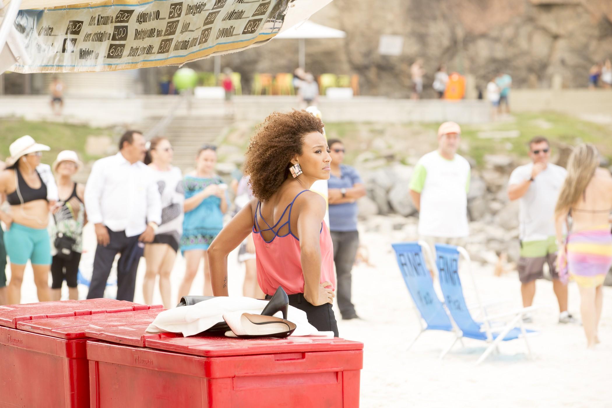 Com figurino de Paula, sua personagem, Sheron apareceu na praia de roupa social (Foto: Felipe Monteiro/Gshow)
