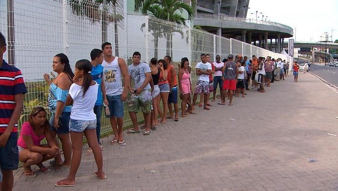 Fila na Fonte Nova (Foto: Imagens/TV Bahia)