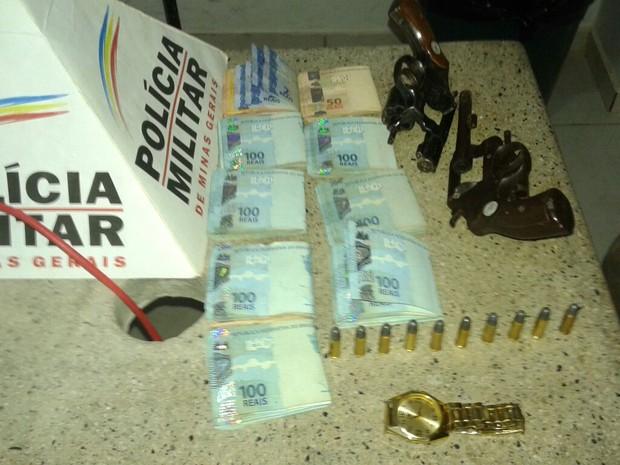 Criminosos estavam com dois revólveres .32 (Foto: Polícia Militar/Divulgação)
