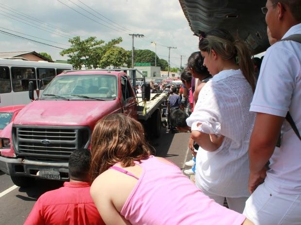 Acidente paralisou a Avenida Constantino Nery no início da tarde desta quarta (7), em Manaus (Foto: Adneison Severiano/G1 AM)
