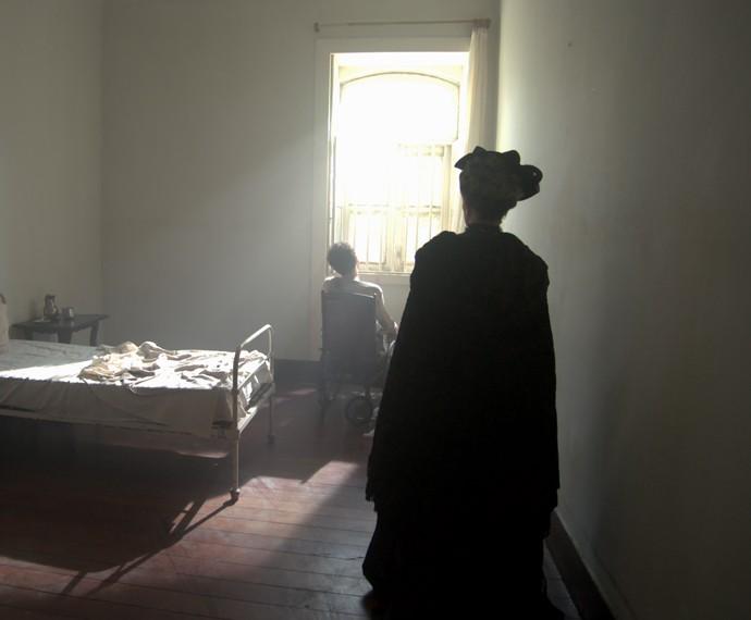 Vitória fica tensa ao perceber que pode estar diante de seu filho  (Foto: TV Globo)