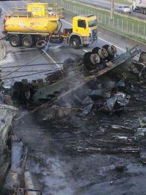 Carreta pega fogo, acidente mata  um, e Régis tem 12 km de filas (Everaldo Silva/Estadão Conteúdo)