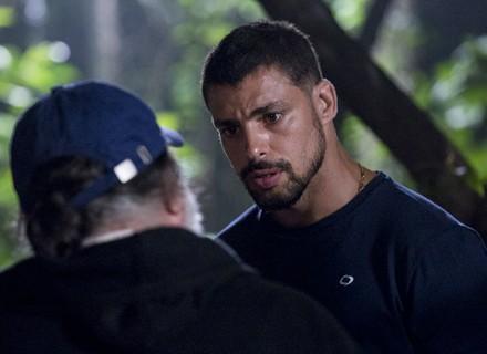 Juliano vai atrás de Tóia e fica desconfiado ao encontrar o pai