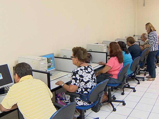 Idosos em curso de informática na Casa do Idoso em São José dos Campos (Foto: Reprodução/TV Vanguarda)