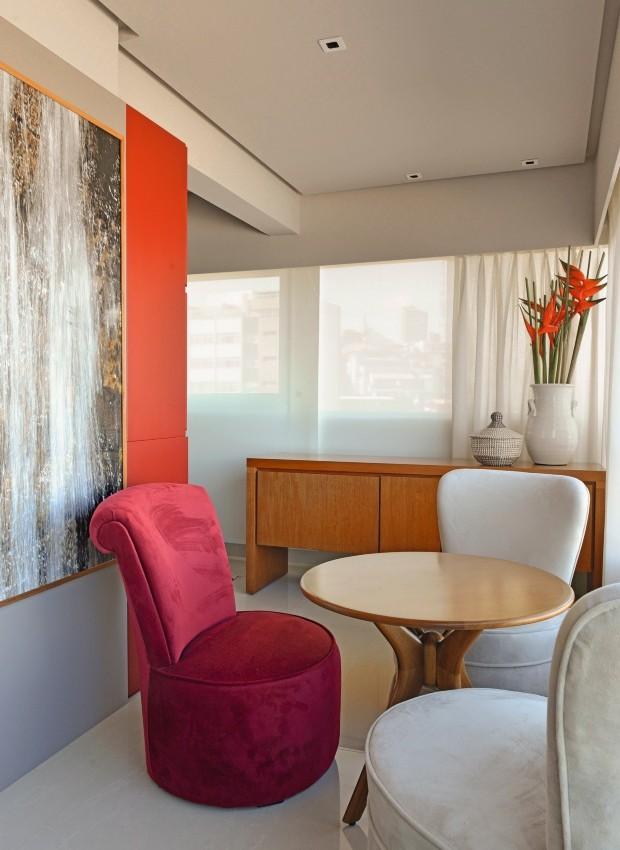 Lounge. O espaço tem poltronas do Armazém de Época e mesa da Saccaro, mesmo fornecedor do aparador ao fundo. No pilar, destaca-se foto de Flavia K., do Zeca Fernandes Escritório de Arte (Foto: Marcelo Negromonte / Editora Globo)