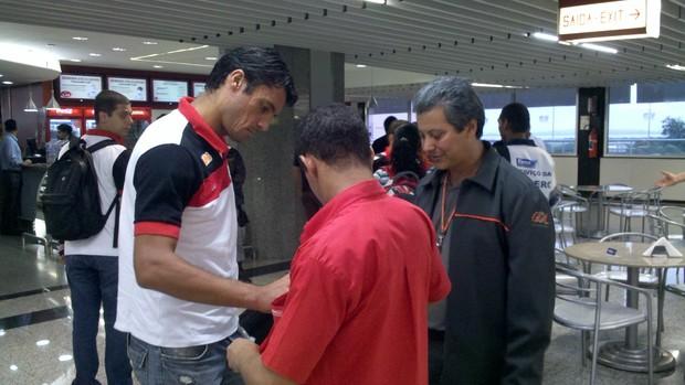 O zagueiro Marcos González no embarque do Flamengo para Assunção (Foto: Richard Souza/GLOBOESPORTE.COM)