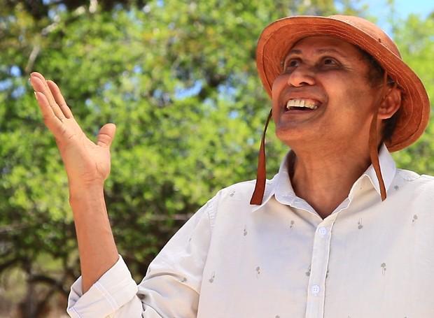 O cantor e compositor, Aldy Carvalho, traz a música Canto D'Algibeira em um cenário fantástico.  (Foto: Reprodução/TV Grande Rio)