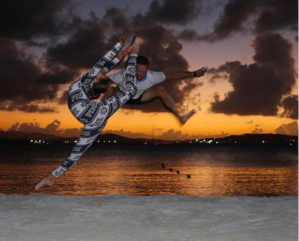 Chris Martin pulando em uma praia do Caribe (Foto: Instagram)