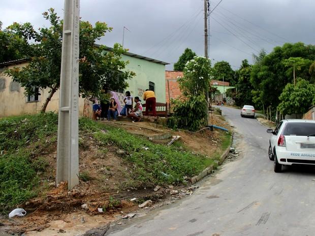 Vítima estava em frente a casa dos avós quando suspeitos chegaram  (Foto: Rickardo Marques/G1 AM)