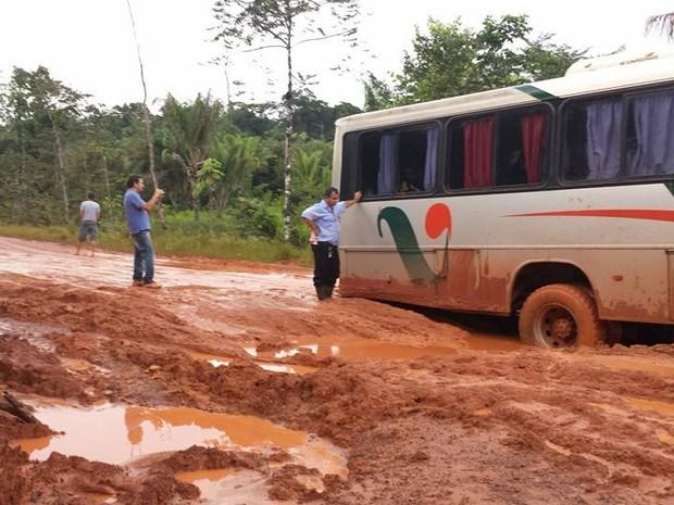 Atoleiros deixam ônibus parados na BR-156 (Foto: Rosimere Lobato/Arquivo Pessoal)