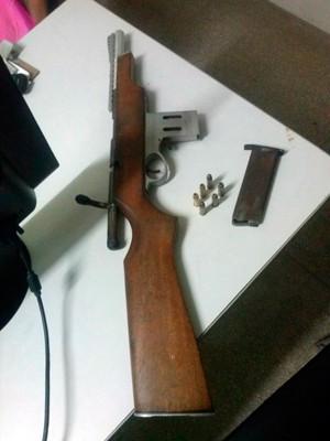 Rifle de fabricação artesanal estava carregado com seis munições calibre 38 (Foto: Divulgação/Polícia Militar do RN)