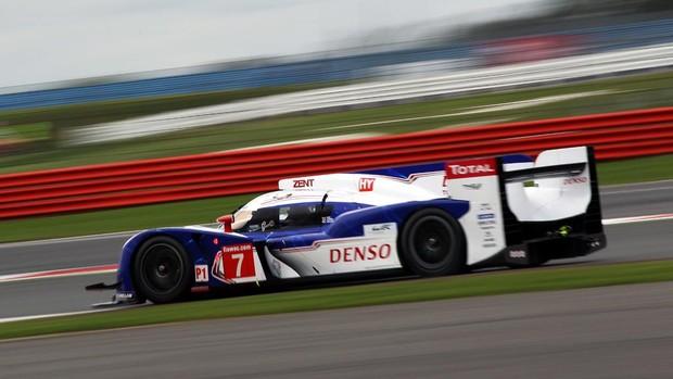 O Toyota guiado por Alexander Wurz, Nicolas Lapierre e Kazuki Nakajima na pista de Silverstone (Foto: Divulgação)