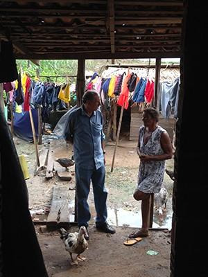 Infectologista Raimundo Cutrim conversa com moradora da Baixada (Foto: Clarissa Carramilo / G1)
