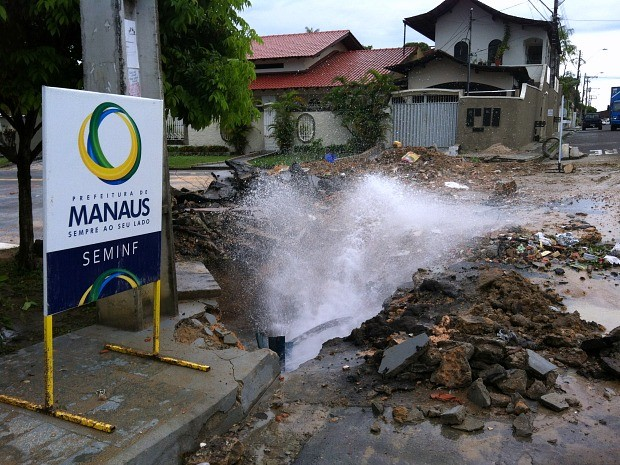 Tubulação rompeu na rua das Papoulas  (Foto: Ive Rylo/G1 AM)