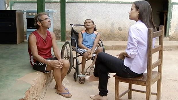Repórter Natália Jael mostra os reflexos da corrupção na vida dos moradores de Coração de Jesus. (Foto: Reprodução / Inter TV Grande Minas)