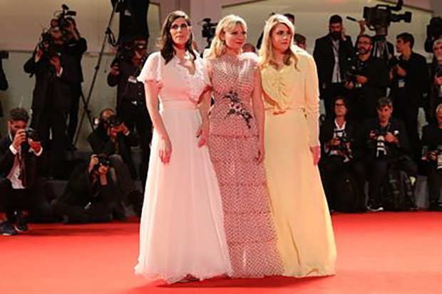 Fashion designer Laura Mulleavy, actress Kirsten Dunst and designer Kate Mulleavy at the Venice Film Festival, September 2017 (Foto: Getty Images)