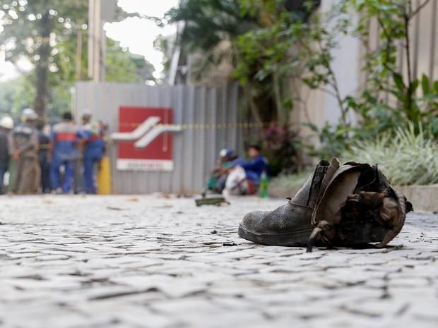 Calçado de uma das vítimas da explosão no Rio de Janeiro (Foto: Rudy Trindade/Frame/Estadão Conteúdo)