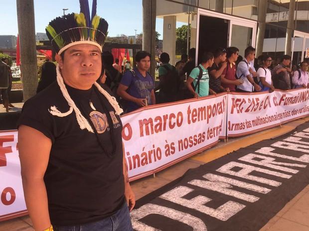 Indígenas estendem faixa em frente ao Ministério da Justiça, no centro de Brasília nesta quarta-feira (13), durante protesto (Foto: Alexandre Bastos/G1)