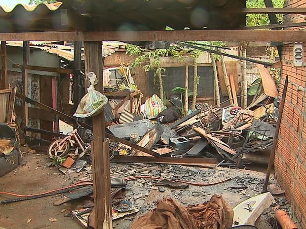 Incêndio atingiu quatro barracos no Parque Ribeirão Preto (Foto: Fábio Junior/EPTV)