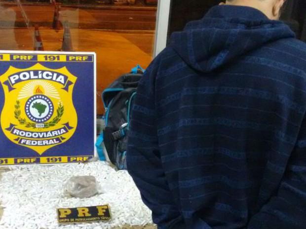 Homem foi apreendido com 1.630 pinos de cocaína, além de crack (Foto: Divulgação/PRF)