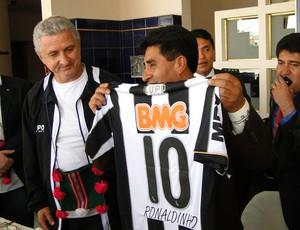 Governador ganha camisa do atlético-mg (Foto: Leonardo Simonini)