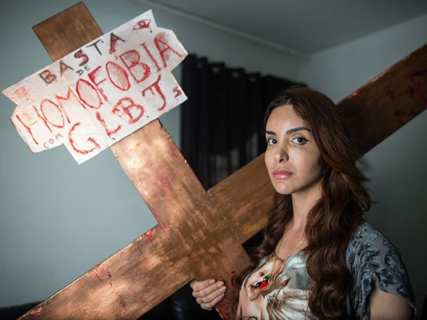 Viviany Beleboni desfilou com uma cruz durante a Parada Gay (Foto: Victor Moriyama/G1)
